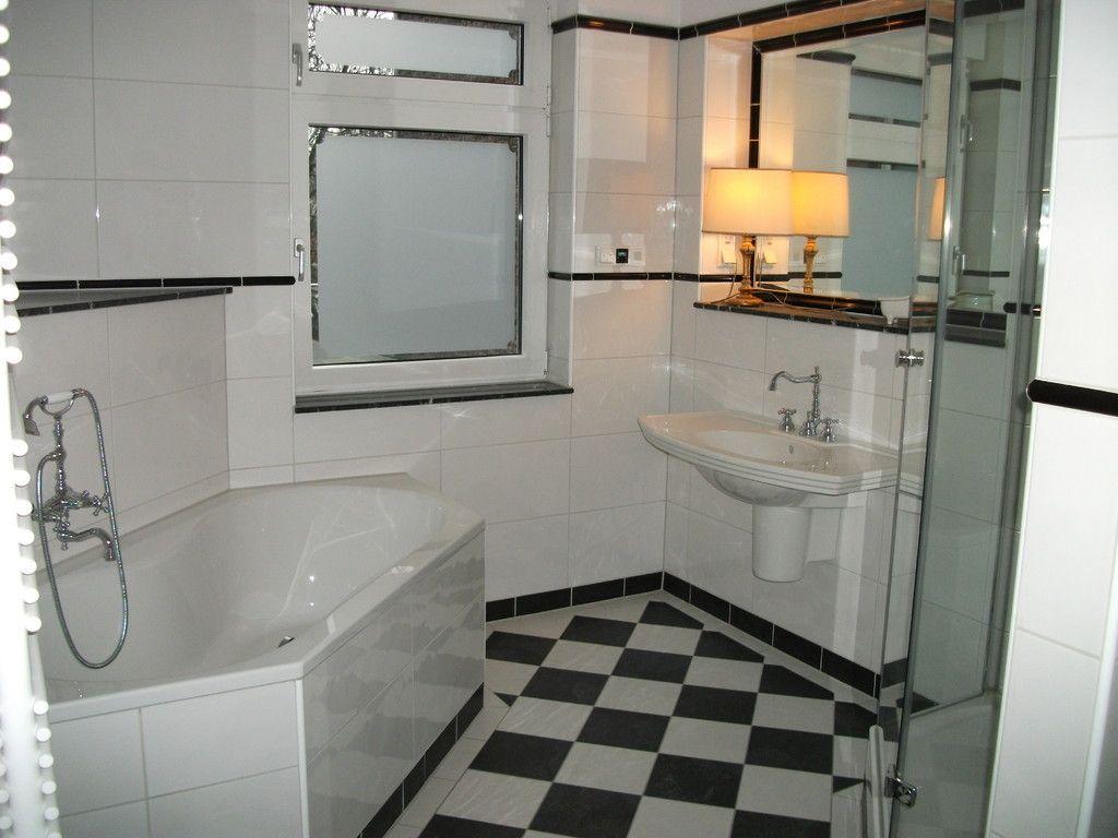 Badezimmer ablage ~ Klassisches bad in schwarz weiß: boden schachbrett wände weiß mit