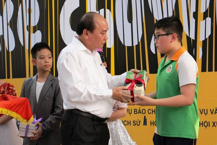 Thủ tướng Nguyễn Xuân Phú tặng quà cho các em học sinh trường tiểu học Ngôi Sao