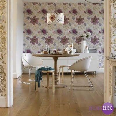 O papel de parede florido deixa o ambiente lindo, delicado e arrojado.