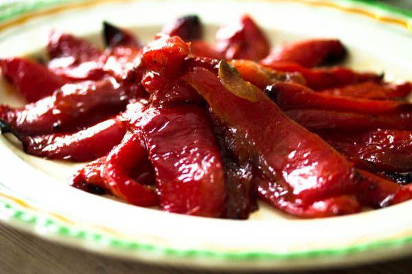 Jeg elsker den sødme, som bagte peberfrugter har... Brug de bagte peberfrugter i salater, til tapas anretninger eller som jeg gjorde et lækkert tilbehør i en god burger.