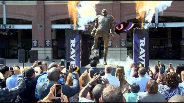 The Baltimore Ravens unveiled a statue of former linebacker Ray Lewis, and it is quite something.The statue, which sits outside M&T Bank Stadium, depicts Lewis in the middle of his famous pregame scream and was sculpted by Baltimore artist Frederick Kail. Kail