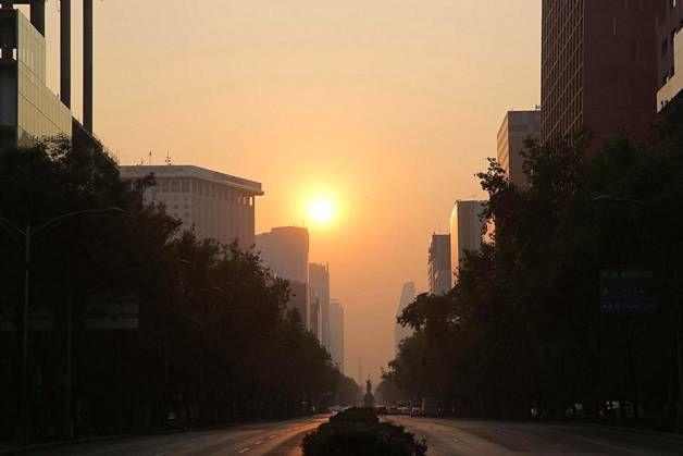 Aurinko paistaa saastepilven läpi Paseo de la Reforma -kadulla Méxicon keskustassa. Vaikka ilma on puhtaampaa kuin 1990-luvulla, usein sitä on vaikea hengittää, ja iholle kertyy likakerros.