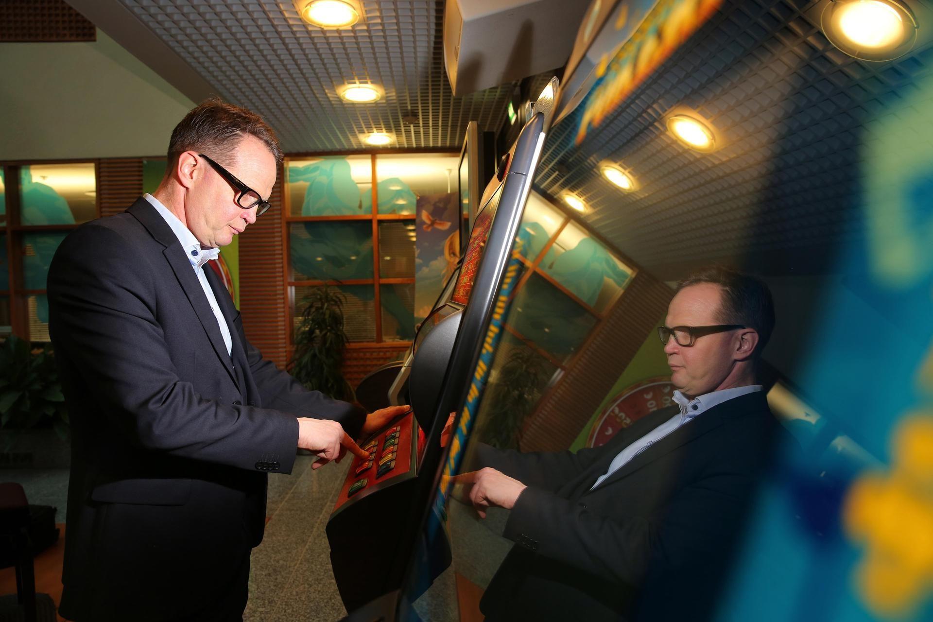 Kun Velipekka Nummikoski nousi Raha-automaattiyhdistyksen toimitusjohtajaksi, hän lakkautti ensimmäiseksi johtajien kerroksen. Nummikoski vaihtaa työpistettään säännöllisesti, koska hyvä pomo johtaa koko taloa.