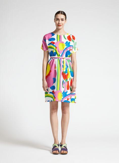 Hulpukka-mekon kuviona on Katsuji Wakisakan Karuselli, joka vie meidät keskelle valtoimenaan kukkivaa kesäistä ketoa. Avara pääntie, irrotettava vyö sekä keveä materiaali tekevät mekosta kauniisti laskeutuvan ja kesäisen raikkaan. Kesän kauneimpia juhlamekkoja!