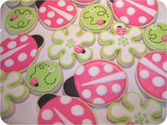 Lady bug and flower cookies. Love pink and green.
