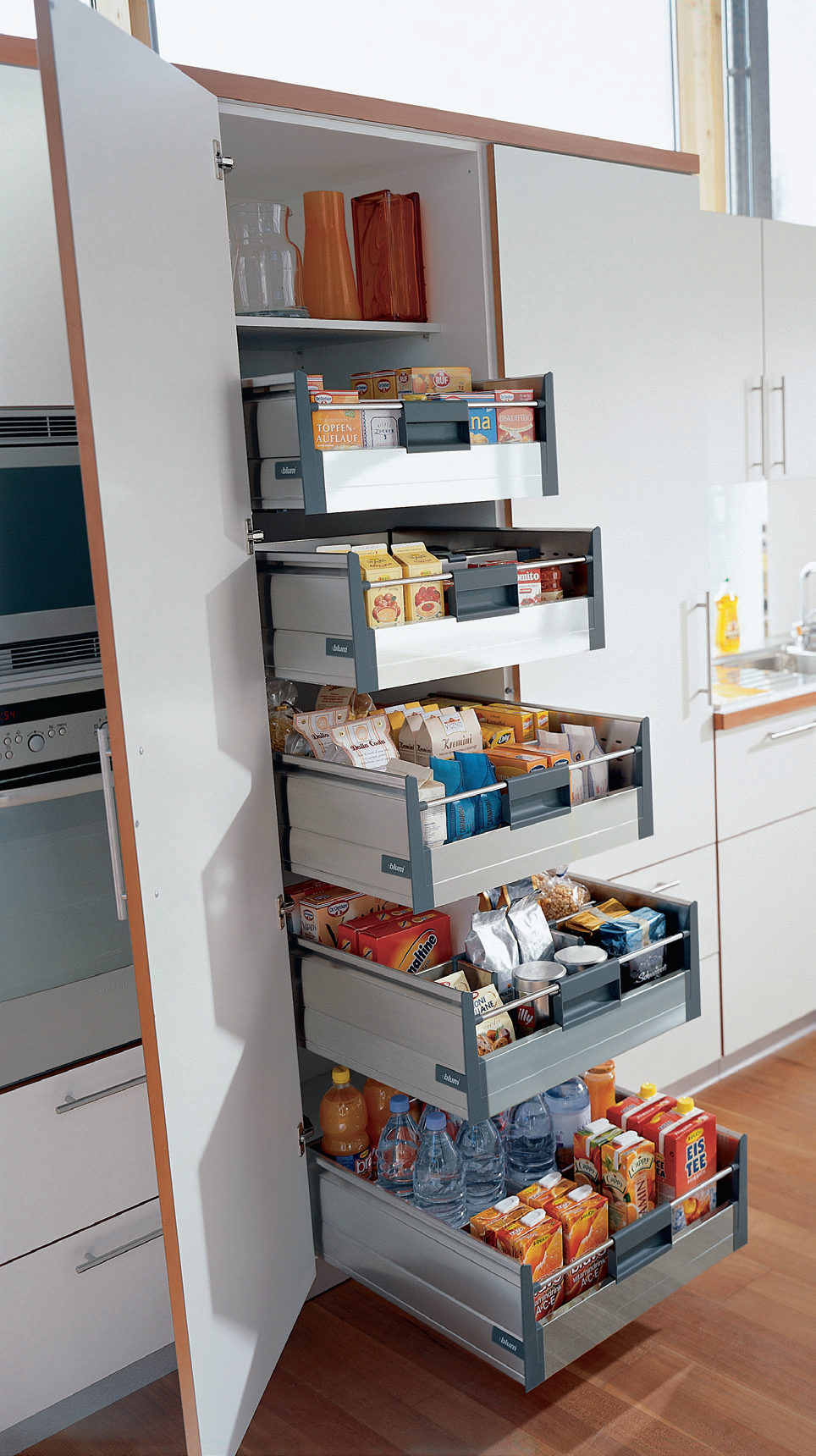 Blum TANDEMBOX larder unit. The wide pantry unit is equipped with 1 ...