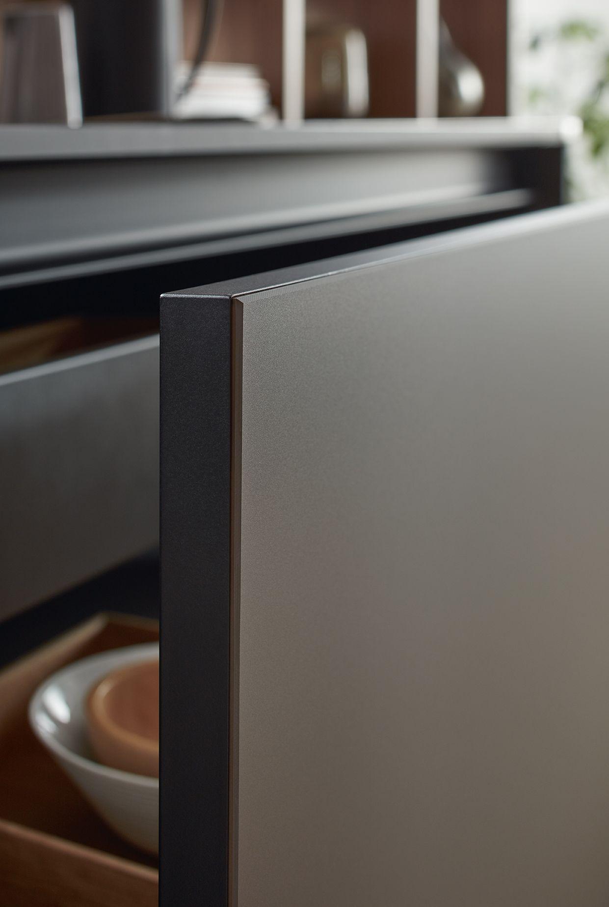 Der Gezielte Einsatz Des Innovativen Schichtstoffmaterials Fenix In Mokkabraun Mit Seiner Pflegefreundlichen Anti Fingerprint Eigens Kuchen Design Kuche Design