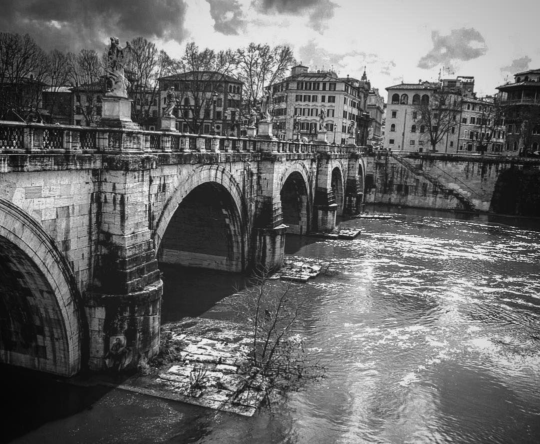 #roma #rome #castelsantangelo #igersroma #igersitalia #romacapoccia #tevere #lungotevere #river #riverside #arte #art #travel #travelgram #volgoroma #volgolazio #volgoitalia by maiccomarino