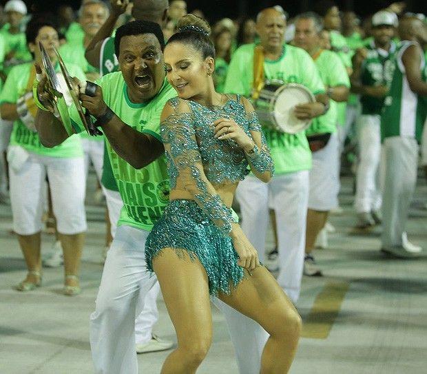 Com look revelador, Claudia Leitte vai a ensaio da Mocidade - Carnaval 2015 (Foto: Marcello Sá Barretto / AgNews)