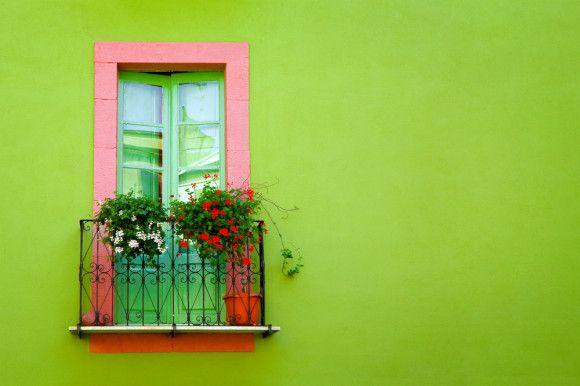 Se for ousar em cores, ouse na medida certa e não na casa toda com paredes coloridas.