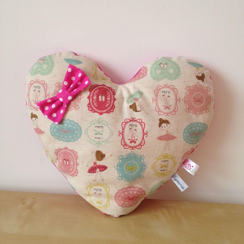 Coussin en forme de coeur n en tissu imprimé ballerines et tissu à