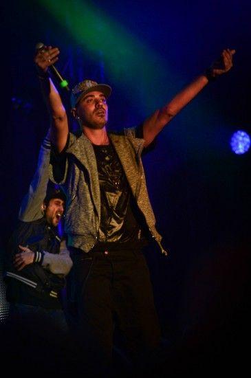 Marracash si esibisce e canta 'King del Rap'