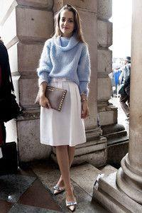 天空藍的柔軟針織毛衣,加上腰部有蝴蝶結點綴的白色及膝裙,優雅迷人,最後以鉚釘手拿包在柔美中增添一點時髦個性。