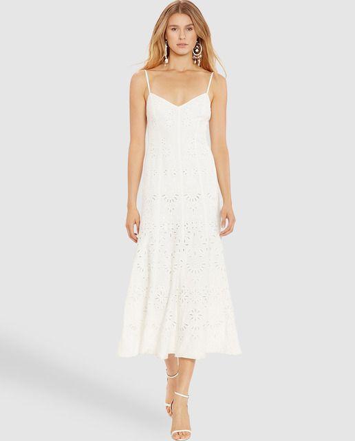 Vestido de lino perforado en color blanco, de tirantes y escote V. Cierre  de cremallera en la parte de atrás. 3dfc002c42