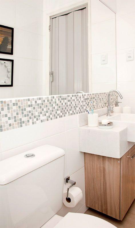 Reforma no banheiro pequeno atualizou acabamentos  Construction and House # Banheiro Pequeno Reforma