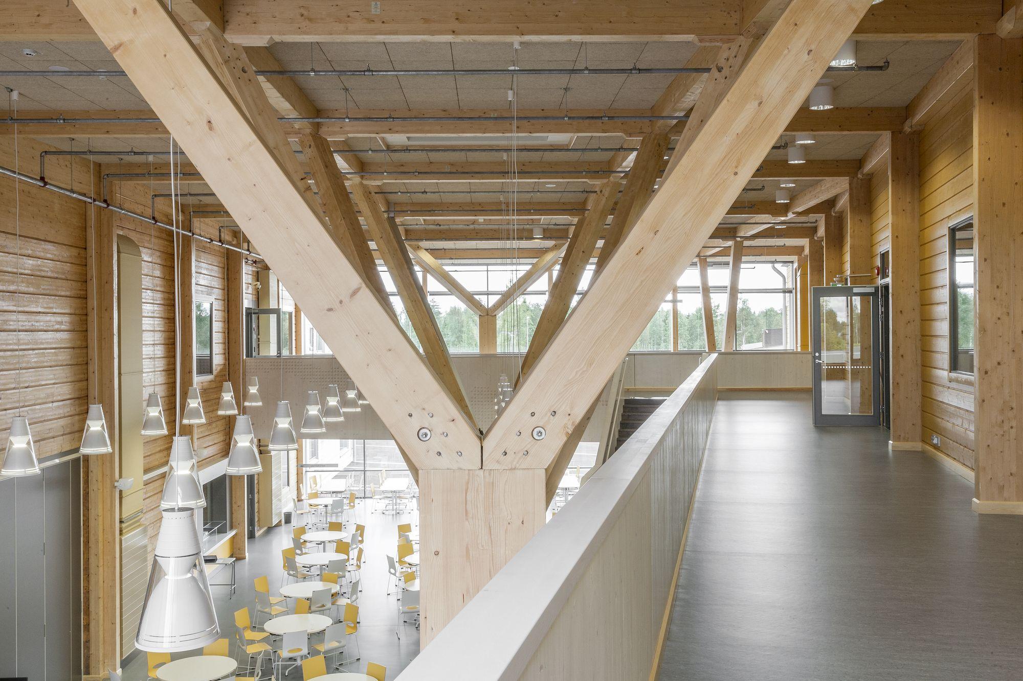 Un edificio de muros de troncos macizos y excepcionales pilares de ...