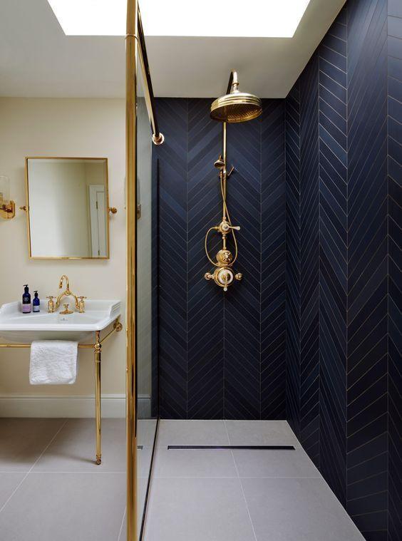 Wohnkultur für kleine Räume 15 schwarze Fischgrätenfliesen und eine Messingarmatur lassen den Duschraum wirklich hervorstechen und mutig aussehen – Shelterness – Welcome to Blog