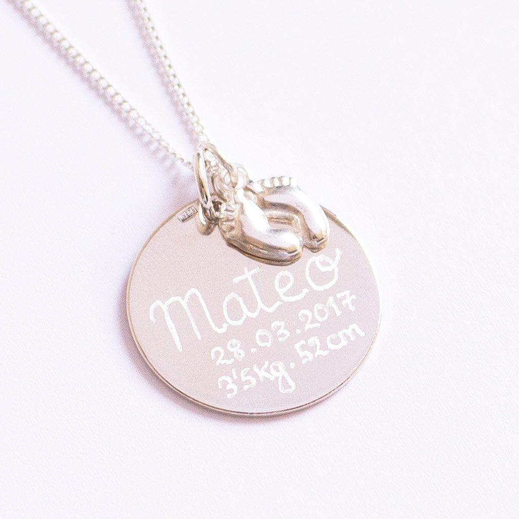 822fb85bf244 Regalo día de la madre. Medalla de plata con todos los datos del bebé y  pequeños pies de plata. Entrega en 24 horas.