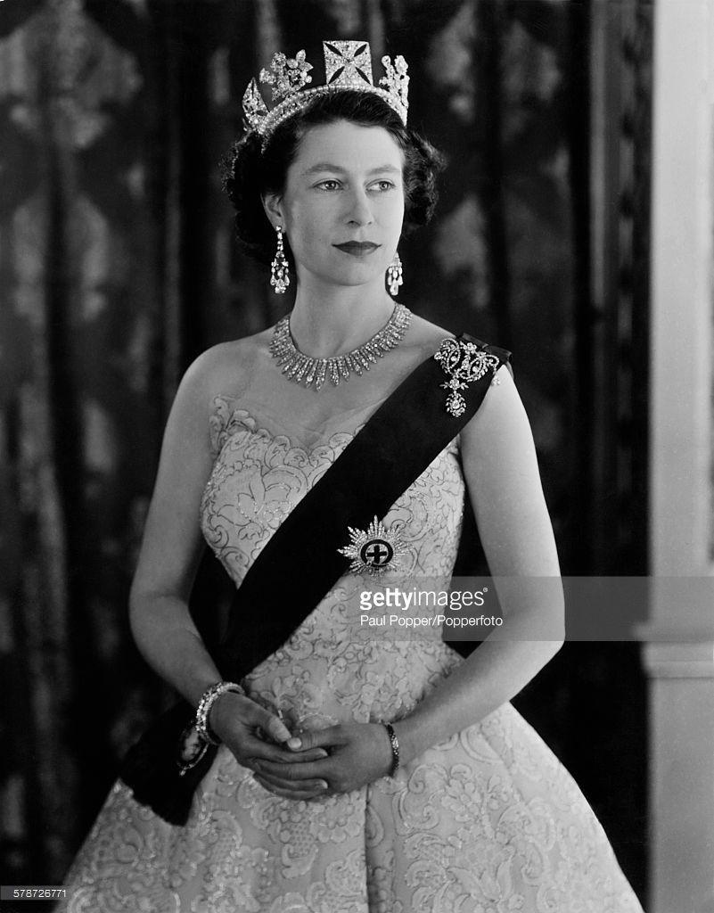 Queen Elizabeth Ii In The Green Drawing Room Of Buckingham Palace Queen Elizabeth Ii Queen Elizabeth Elizabeth Ii [ 1024 x 801 Pixel ]
