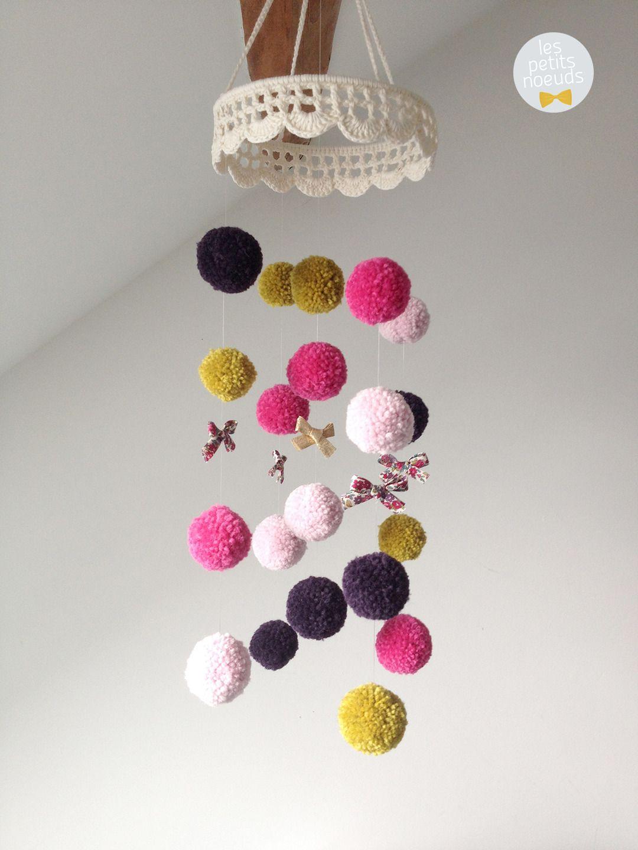 Les petits noeuds mobile b b fait main avec pompons en laine et petits rubans pompon for Decoration chambre bebe fait main