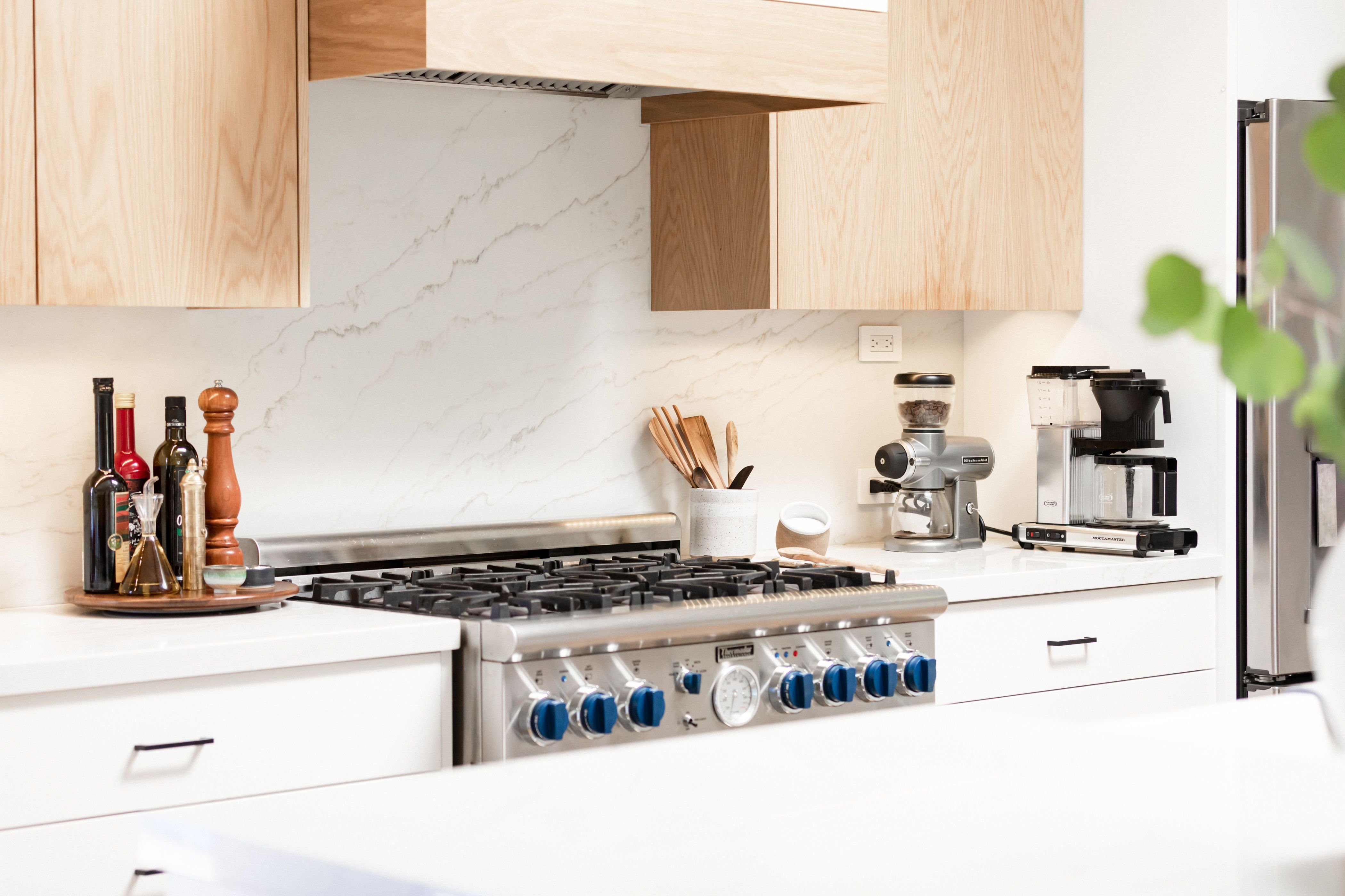Oak Cabinets in Your Kitchen: What to Know Before You Reno #honeyoakcabinets Oak Cabinets: Kitchen Cabinet Ideas | Hunker #honeyoakcabinets
