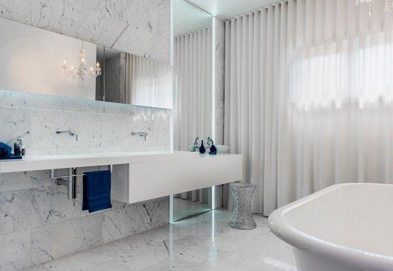 eclairage miroir salle de bain design miroir lumineux indirect Minosa design, murs et sol en marbre blanc