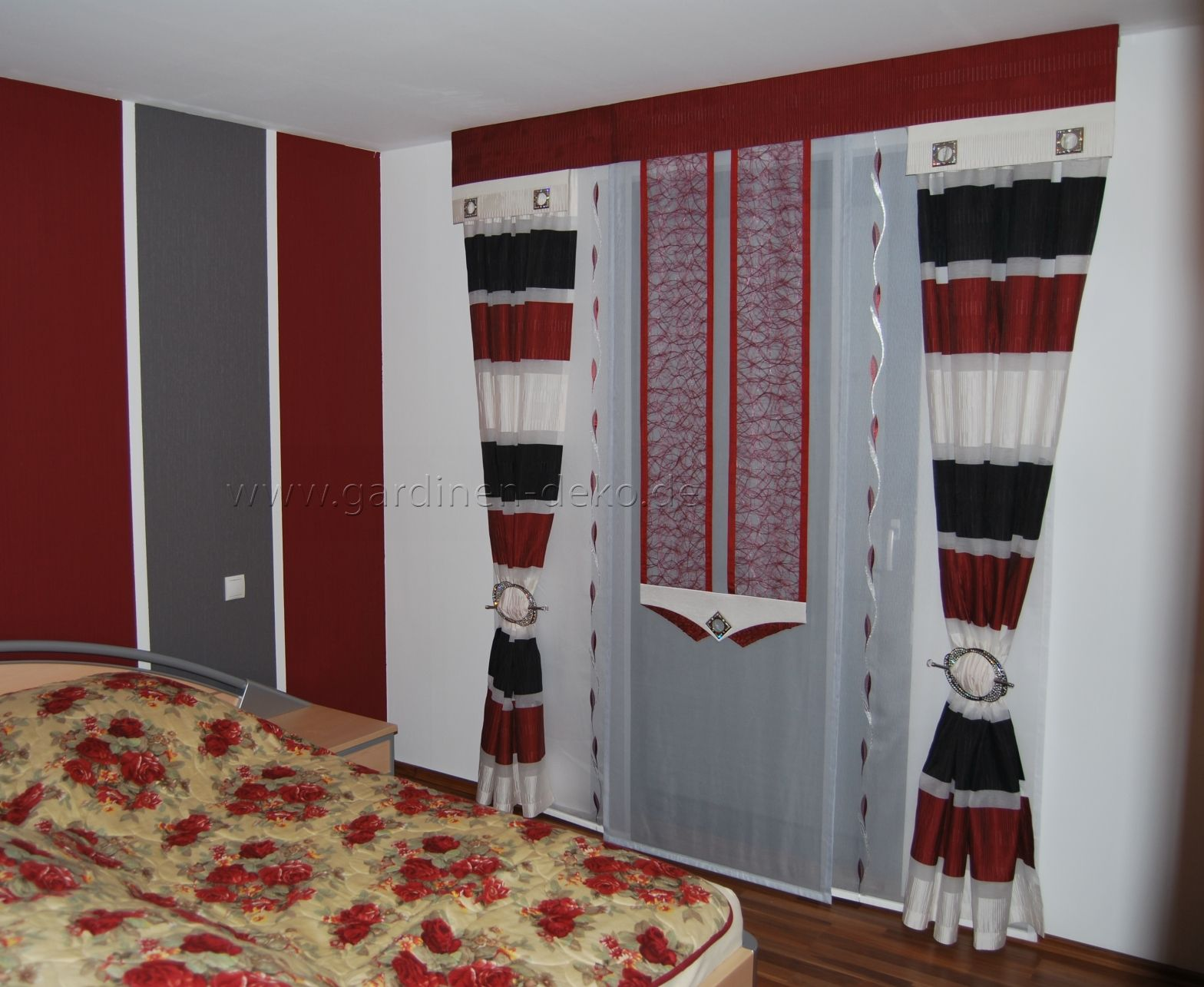 moderne schlafzimmer schiebegardine in rot wei schwarz. Black Bedroom Furniture Sets. Home Design Ideas
