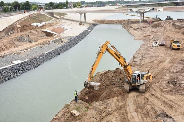 De aanleg van een nieuwe nevengeul in de Waal bij Lent/Nijmegen vordert gestaag (foto's via @RobMeeuwsen):