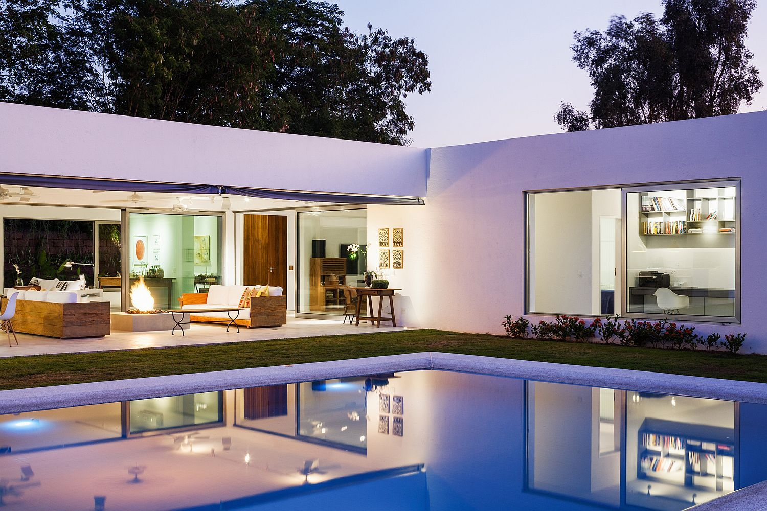 L Shaped Family Home Charms With A Stunning Private Courtyard And Pool Design Your Dream House Modern House Exterior Minimalist House Design