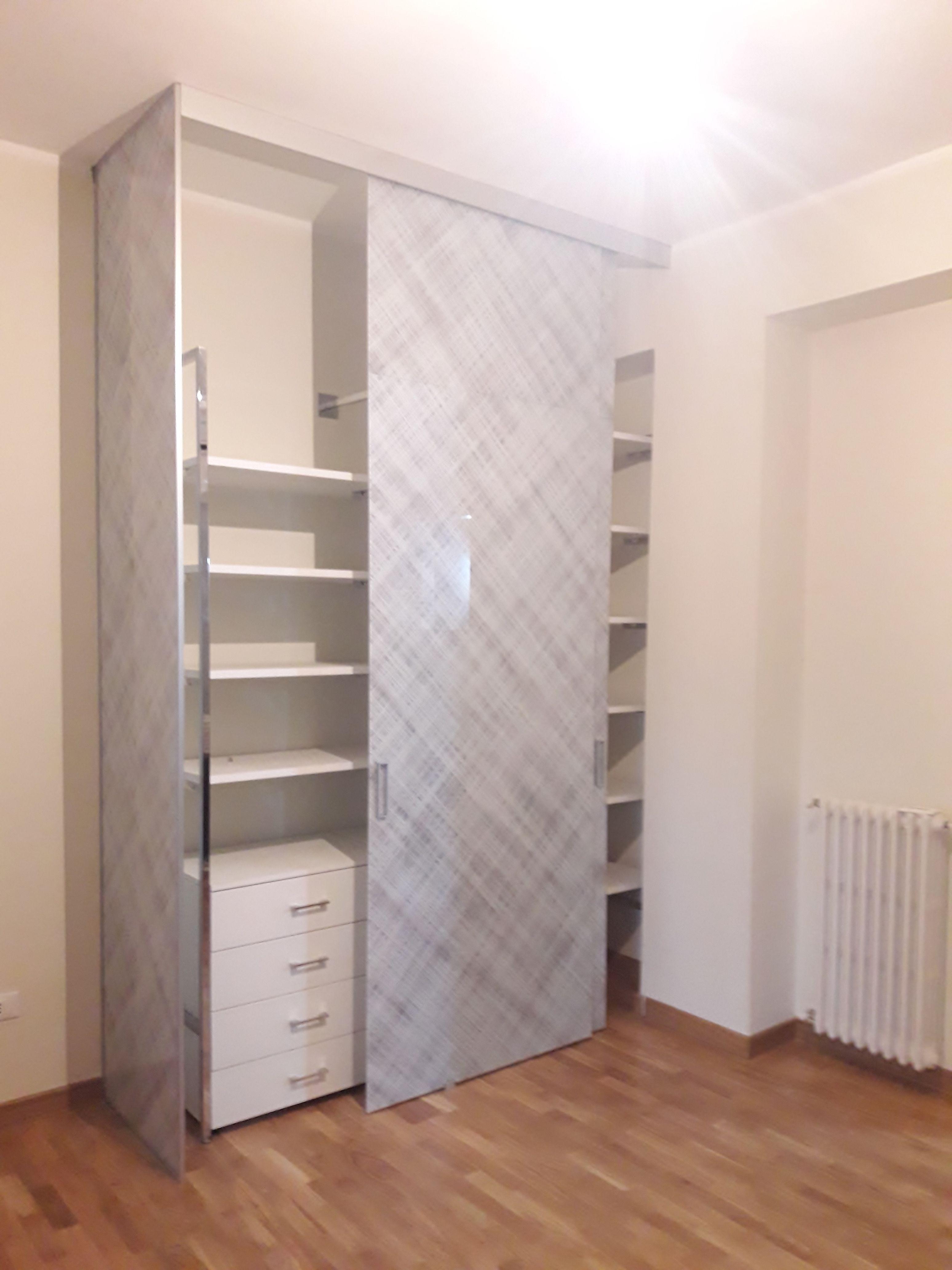 Cucine Moderne Con Ante Scorrevoli.Cabina Dispensa In Vetro Con Ante Scorrevole E Una Porta Due