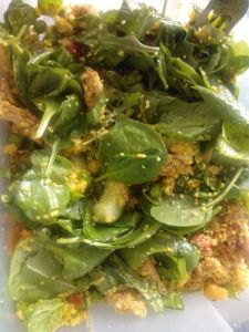 Marrokaanse couscous salade met kip, spinazie, kikkererwten, gedroogde abrikozen, amandelen enmunt.