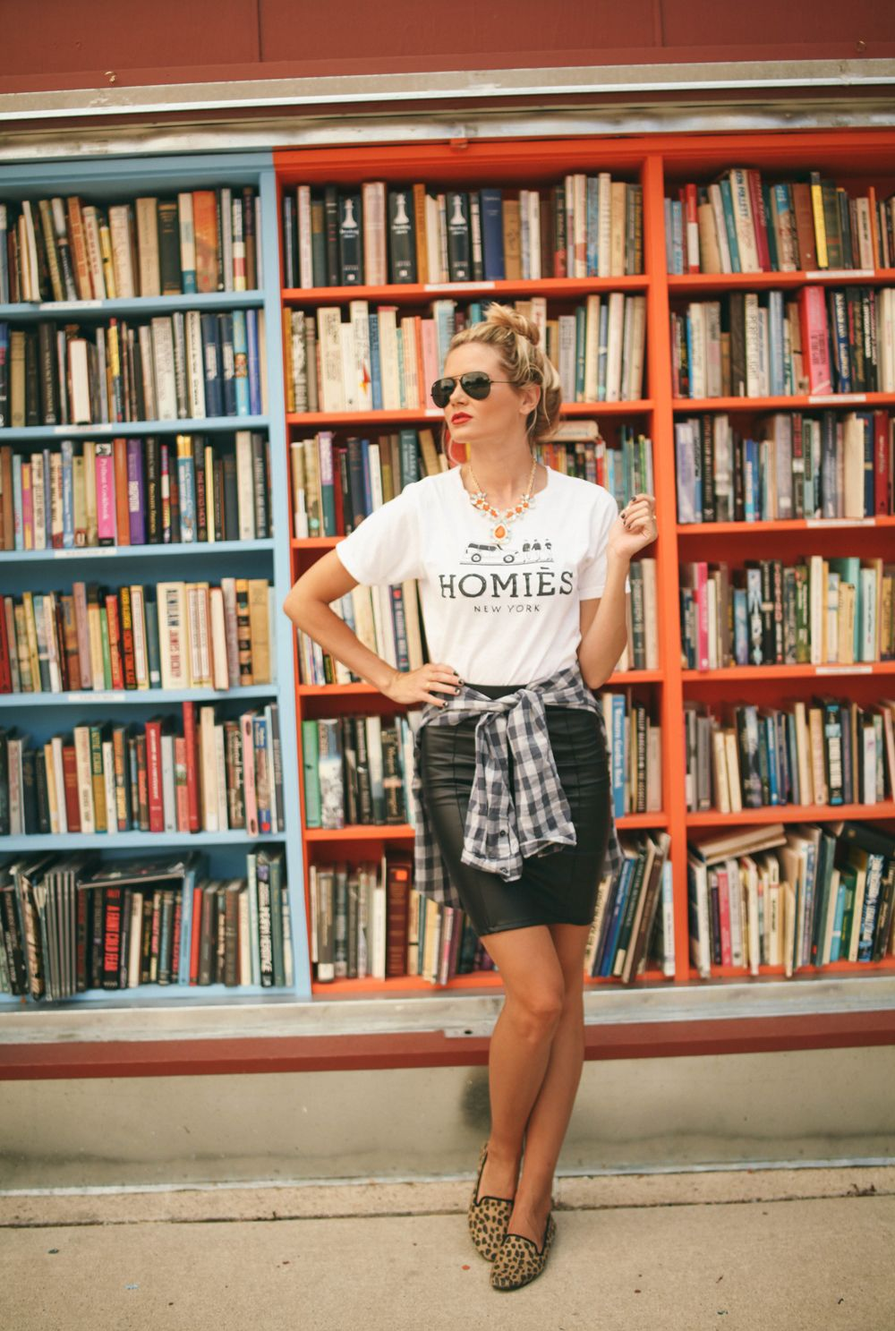 http://barefootblonde.com/2013/08/nila-skirt-giveaway.html#comment-19147 Love the t-shirt, leather pencil skirt and leopard flats