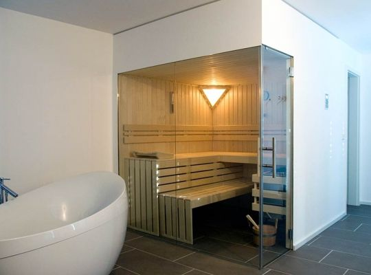 sauna mit glasfront im badezimmer badezimmer sauna. Black Bedroom Furniture Sets. Home Design Ideas