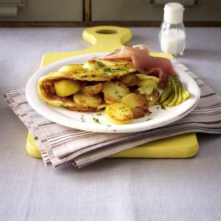 Bauernfrühstück mit Katenschinken Rezept  1 kg   festkochende Kartoffeln   1   mittelgroße Zwiebel   4 EL   Butterschmalz       Salz      Pfeffer  8   Eier (Größe M)  2–3 Stiel(e)   Petersilie   4   Gewürzgurken   4–6 Scheiben   Katenschinken