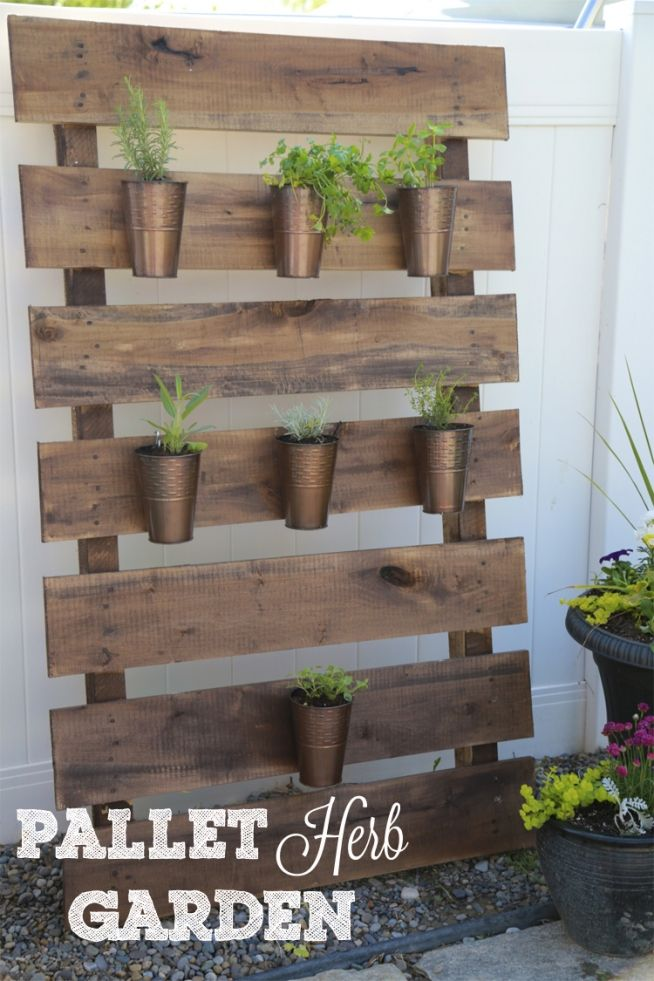 Pallet herb garden this would go great leaning against for Diy pallet herb garden