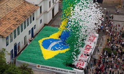สมาชิกสมาคุมธุรกิจการค้าในเมืองเซา เปาโล ปล่อยลูกโป่งที่มีสีตามธงชาติบราซิลจำนวนหลายพันลูก เพื่อเฉลิมฉลองวันสิ้นสุดของปี 2013 เมื่อวันที่ 30 ธ.ค. ...