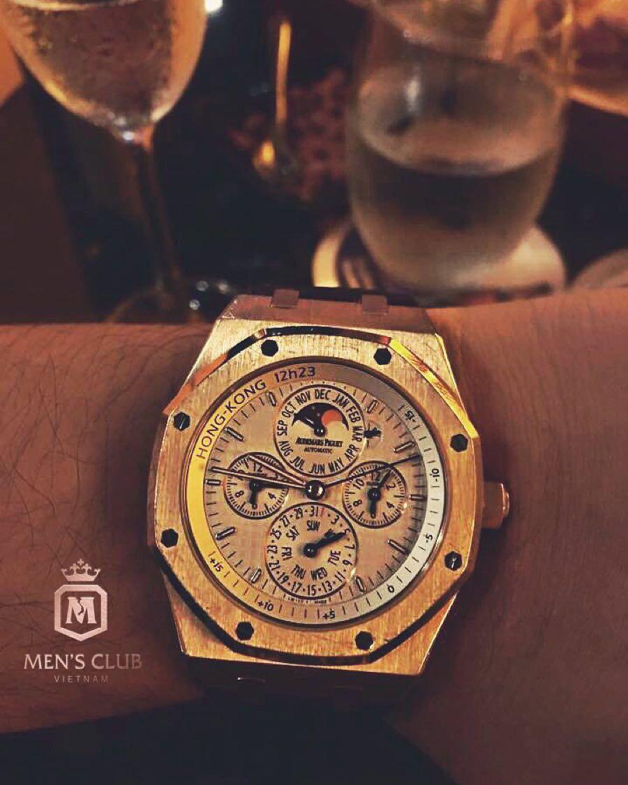 Super rare AP Royal Oak Equation du Temps HongKong 12h23. Credit to Truong Lap Hung from @mensclubvn  #audemarspiguet #royaloak #equationdutemps #superrare #limited #hongkong #youcanneverhaveenough #watchessentials #billionarelounge #thebillionareclub #billionaretoys  #watchnerd #frodoswatch #watchanish #teamwatchanish #watchmania #horology #watchcollector #luxury #wotd #wristwatch #luxurylifestyle #tourbillon #masterpiece by frodoswatch