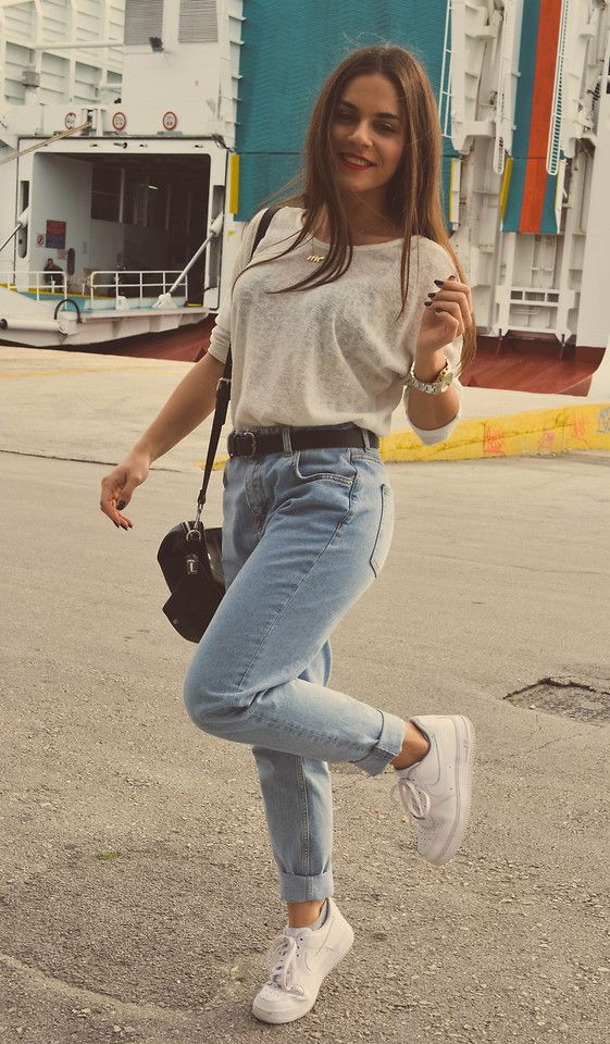 best service 9a843 5f08e Stradivarius White Top, Pull Bear Mom Jeans, Nike Air Force 1