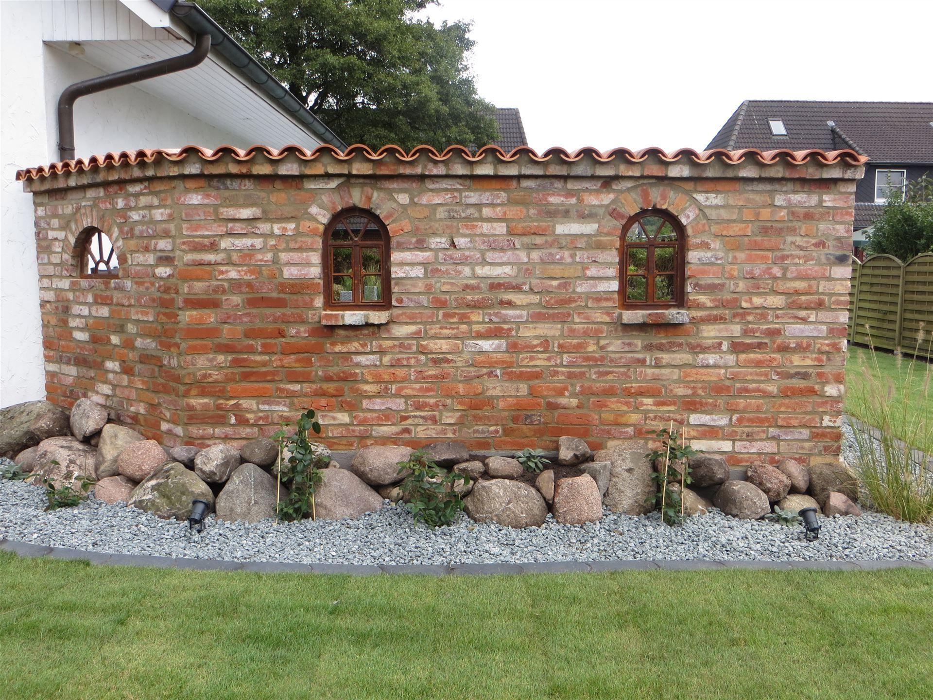 Eine Ruinenmauer Aus Altpreussischen Backsteinen Als