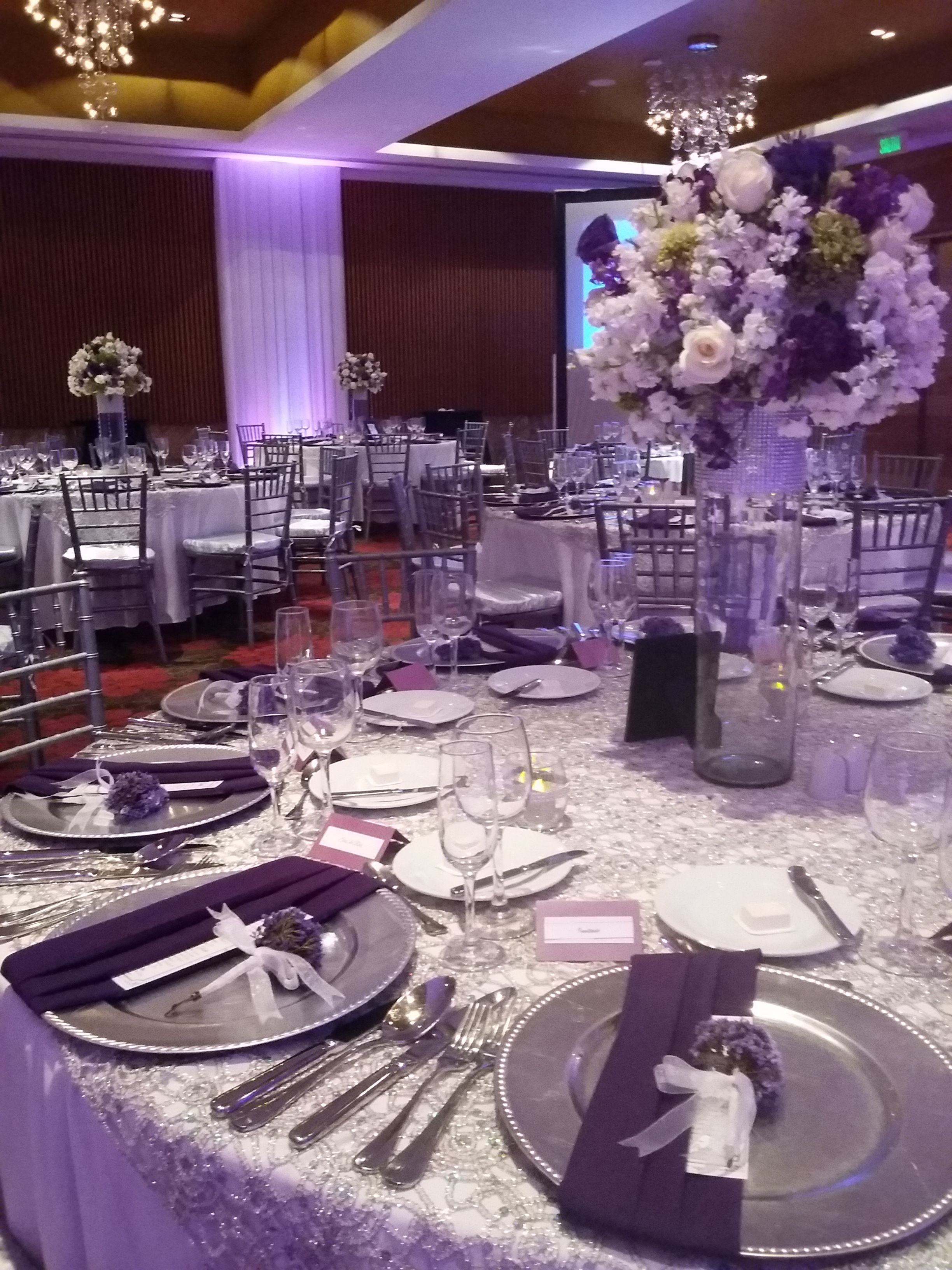 Decoraci n de mesa en color plata y morado bodas salon - Decoracion de salon ...