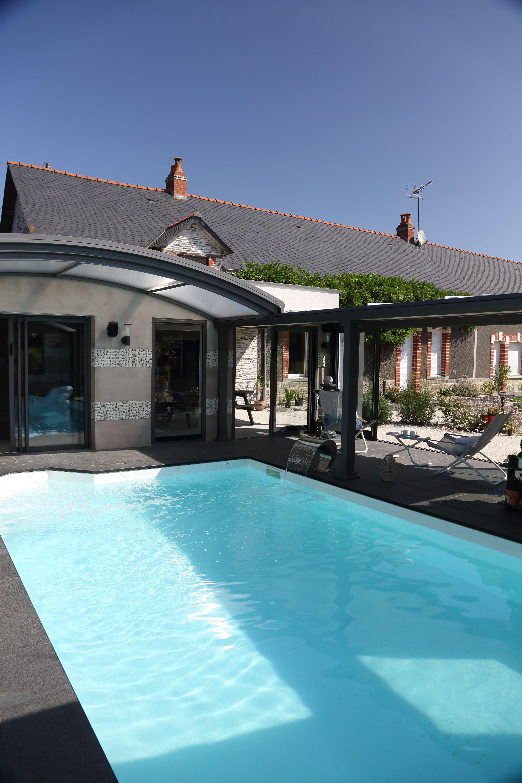 abri de piscine up veritable compromis entre une piscine d interieur et d exterieur l abri up est un systeme b abri piscine piscines interieur veranda piscine