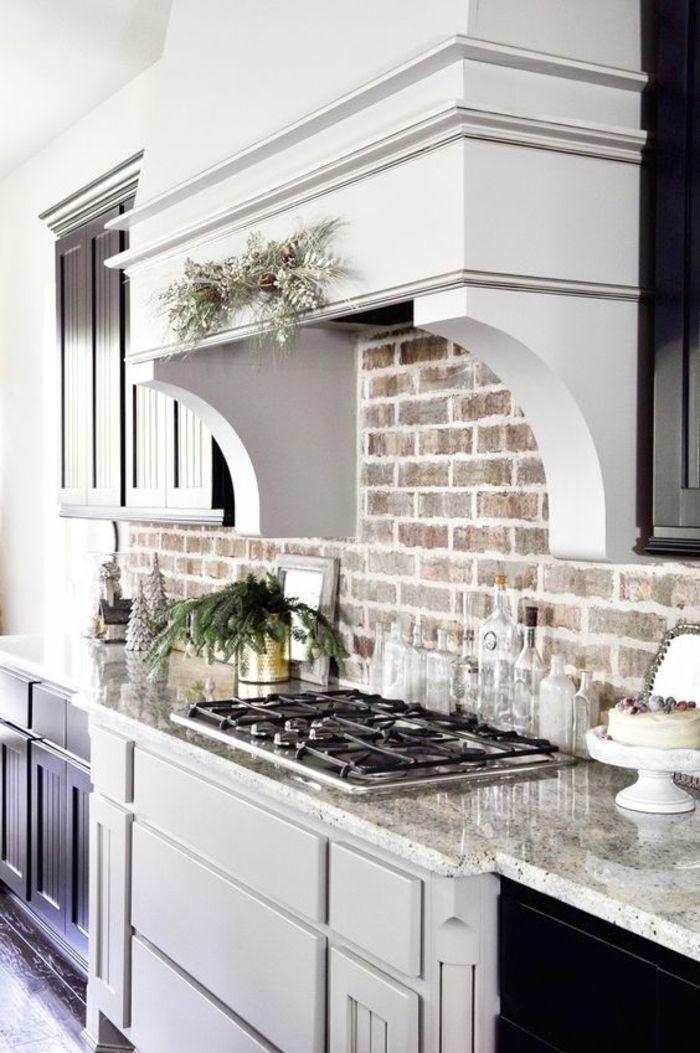 Une cuisine modernisée mur en briques meubles de cuisine en noir et blanc