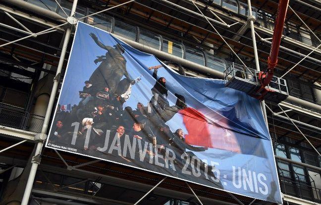 Marche républicaine: «Le crayon guidant le peuple» affiché en géant au centre Pompidou