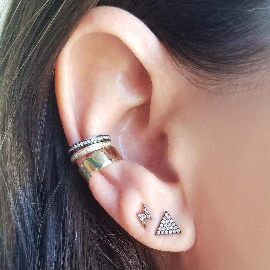 Black Clover embraced by 14k yellow gold piercing earring