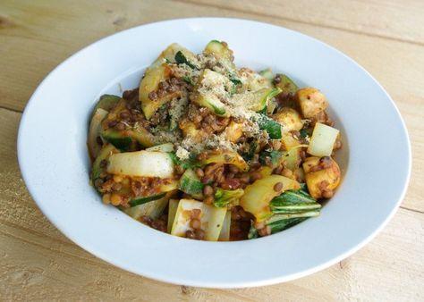 Slanke Italiaanse groenteschotel met linzen, paksoi en courgette