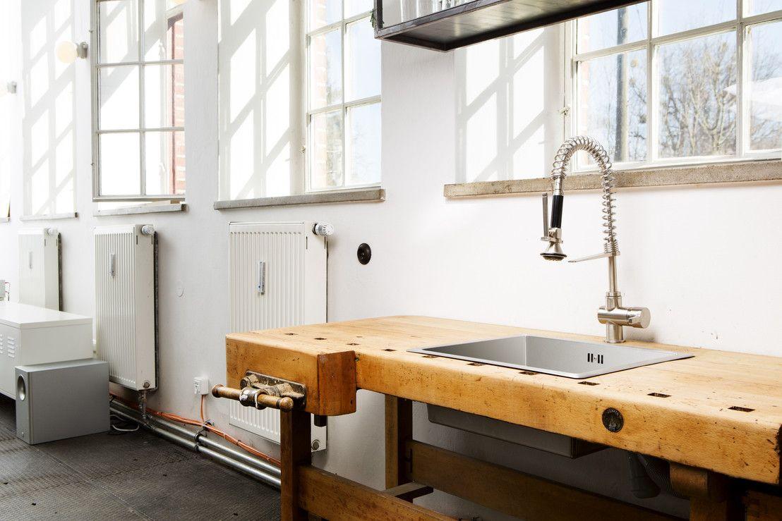 auf geht's zum #werkunterricht. Diese #Waschecke im #Industrialdesign ist allerdings absolut #stylish  #holz #waschbecken #werkbank