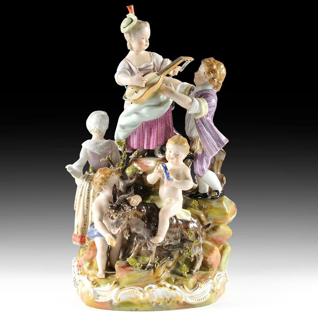 Importante groupe en porcelaine de Meissen représentante fête de la campagne comprenant sept personnages sur un rocher jouant de la musique Modèle C59 de Michel Victor Acier (ca. 1769) Époque XIXe siècle Hauteur: 36 cm