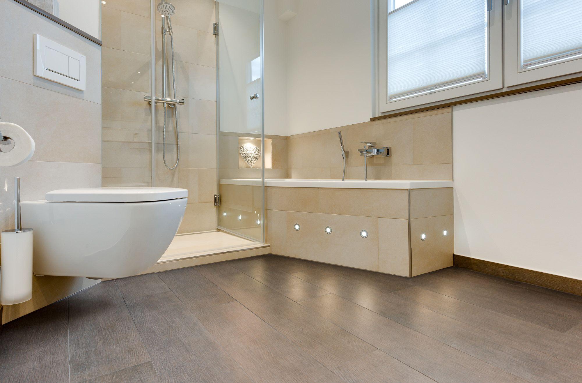 Modernes Badezimmer Mit Reduziertem Fliesenspiegel Hellbraunen