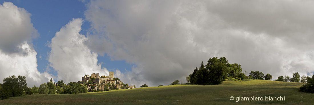 Il paese di Petrella e la torre in primavera.