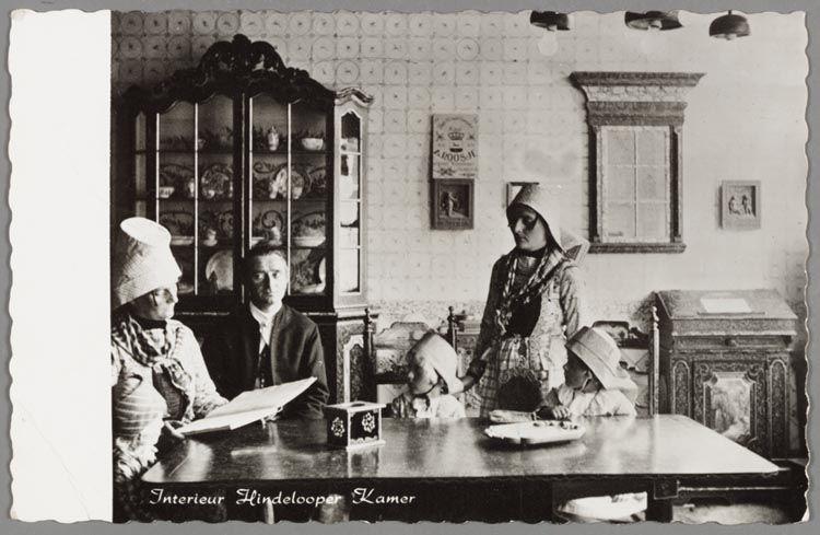 Een interieur met beschilderde porseleinkast schrijntje for Interieur 1920
